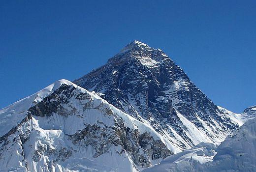 Джомолунгма тоже имеет форму пирамиды