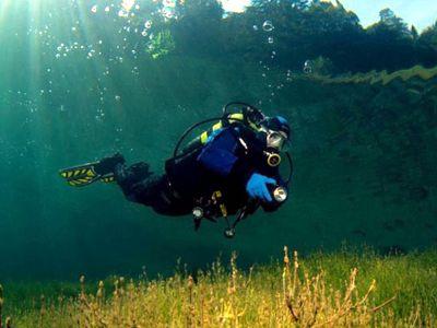 Аквалангист. Озеро Самеранджер с потрясающе прозрачной водой.